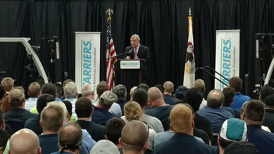 August 18, 2017 – Senator Durbin visited UniCarriers Forklift in Marengo and spoke with employees.