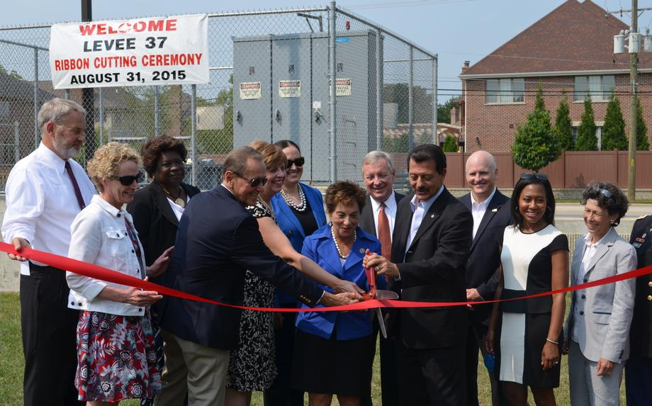 I joined Rep. Jan Schakowsky and other other local leaders to cut the ribbon on Levee 37 on Monday, August 31 in Mount Prospect.
